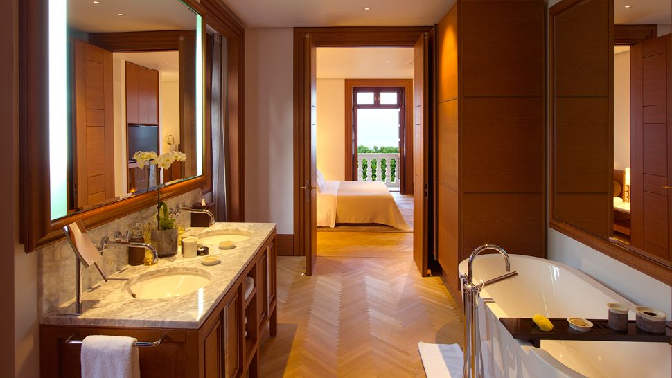 http://cdn.media.kiwicollection.com/media/property/PR005572/xl/005572-13-suite-bathroom.jpg